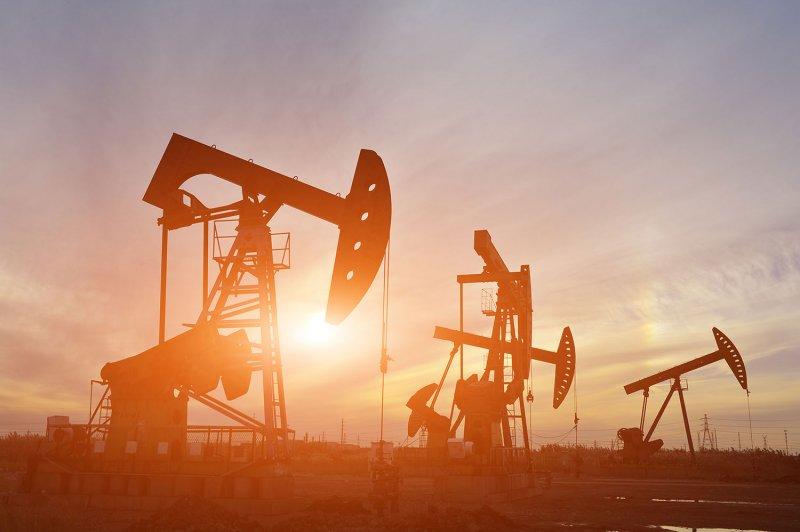 النفط يكسر حاجز 70 دولاراً للمرة الأولى منذ مارس