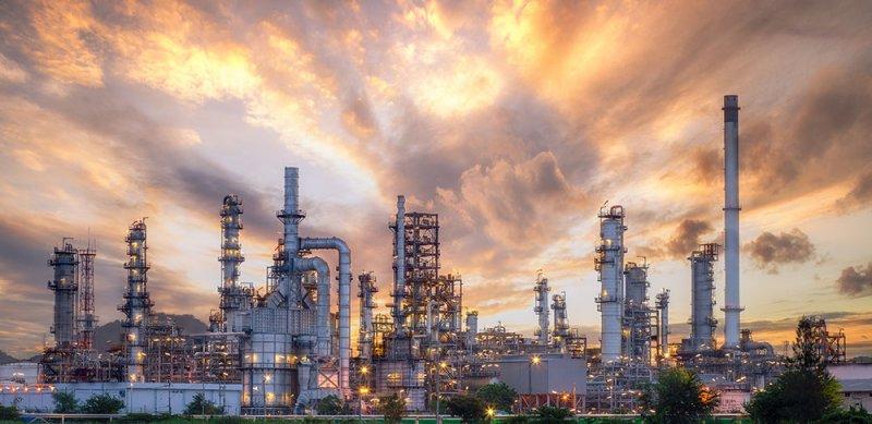 النفط يرتفع إلى قمة 4 أسابيع