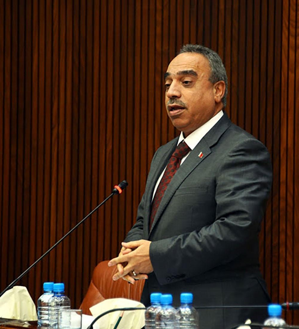 """وزير الأشغال لـ""""البلاد"""": سنمنح المزيد من الفرشات للمزارعين البحرينيين بسوق المنامة"""