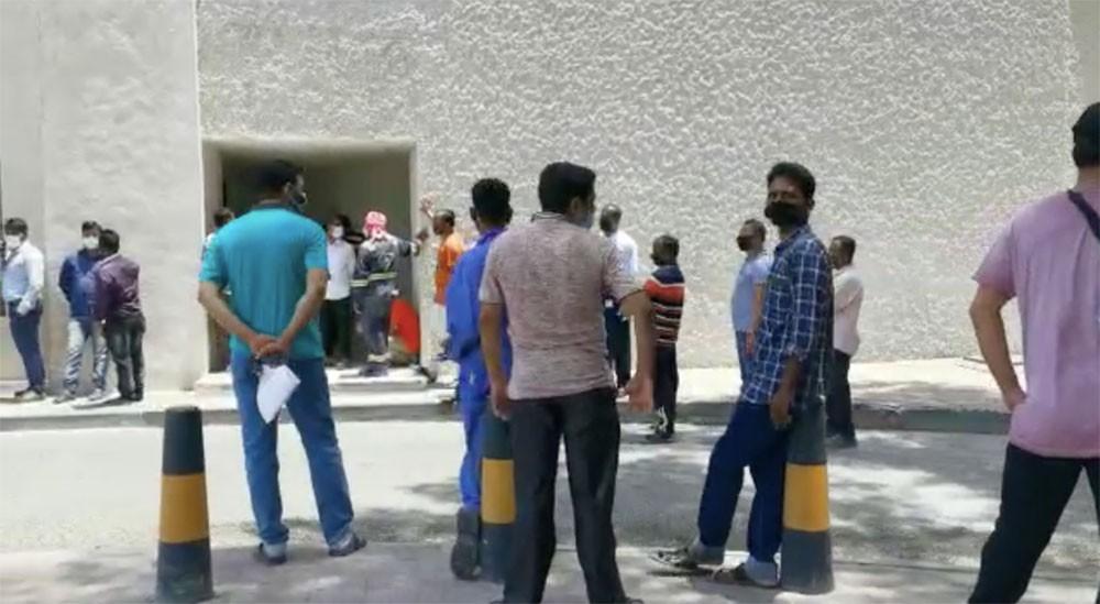 بالفيديو: طابور ثعباني لعمالة آسيوية أمام مكتب بريد المنامة