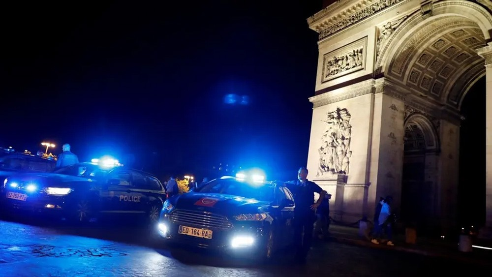 شرطة باريس تواصل تحدي الحكومة.. وتحتشد عند قوس النصر