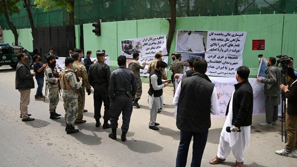 نائب أفغاني يتهم السلطات بإيران بالضلوع في هجمات على لاجئين