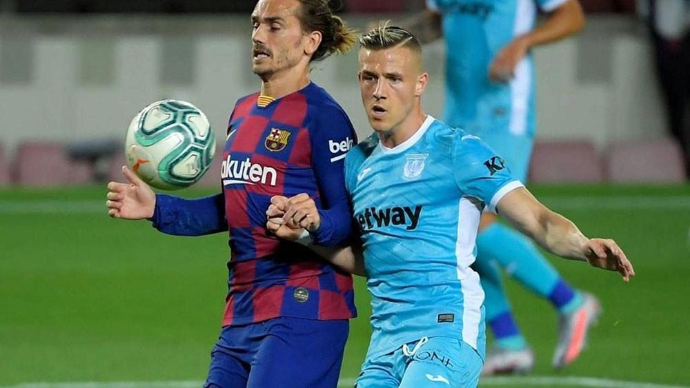 مدرب برشلونة يدافع عن غريزمان.. ويثني على فاتي