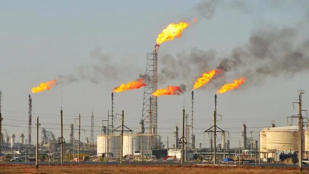 تباين أسعار النفط مع تراجع مخزونات أميركا.. وبرنت فوق 42 دولارا