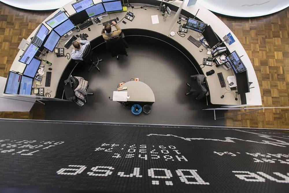 مخاوف الفيروس والرسوم الجمركية تهبط بالأسهم الأوروبية