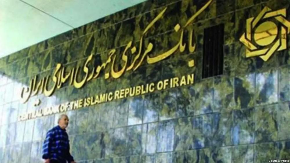 إيران تتراجع .. وتستعين بملايين الدولارات لدعم عملتها