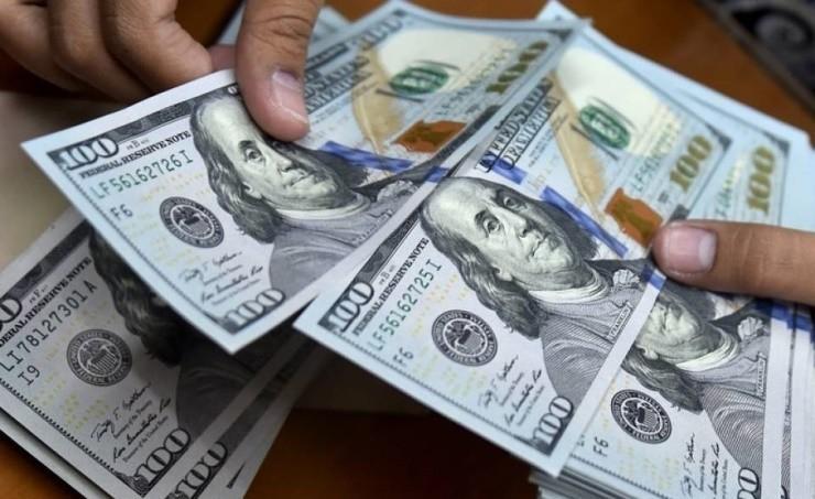 تراجع الدولار متأثرا بوقعات اقتصادية سلبية