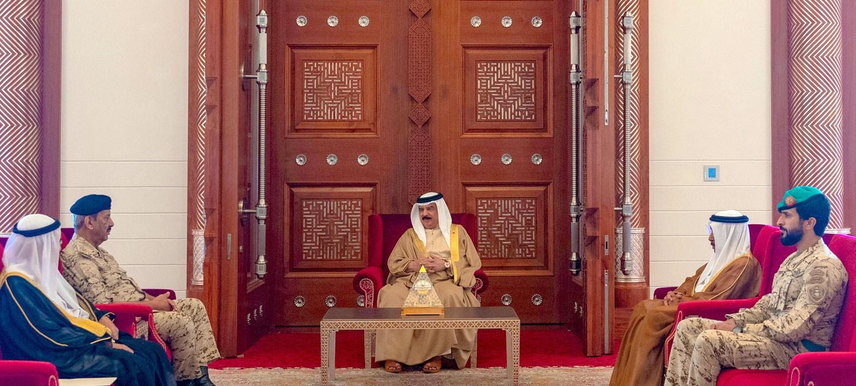 جلالة الملك يستقبل القائد العام وعددا من كبار المسؤولين ويشيد بما تشهده قوة الدفاع من تطور ورقي