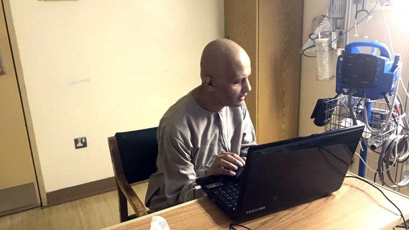 مدرس سعودي يتحدى السرطان وكورونا ويدرّس لطلابه من سريره