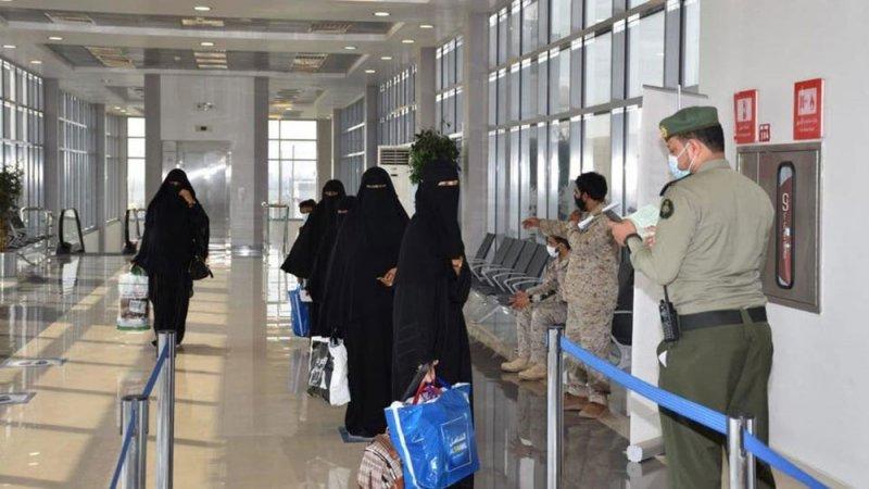 التحالف ينقل 18 يمنياً لسقطرى بعد تلقيهم العلاج بالسعودية