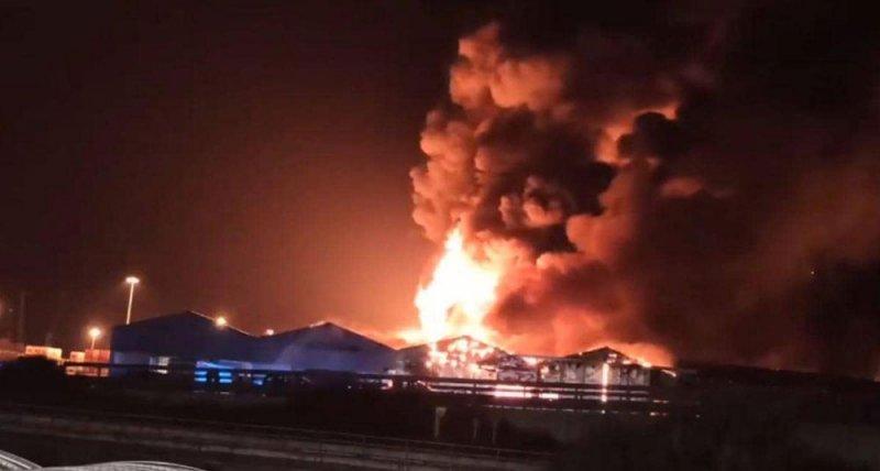 حريق في مرفأ إيطالي بعد سلسلة انفجارات