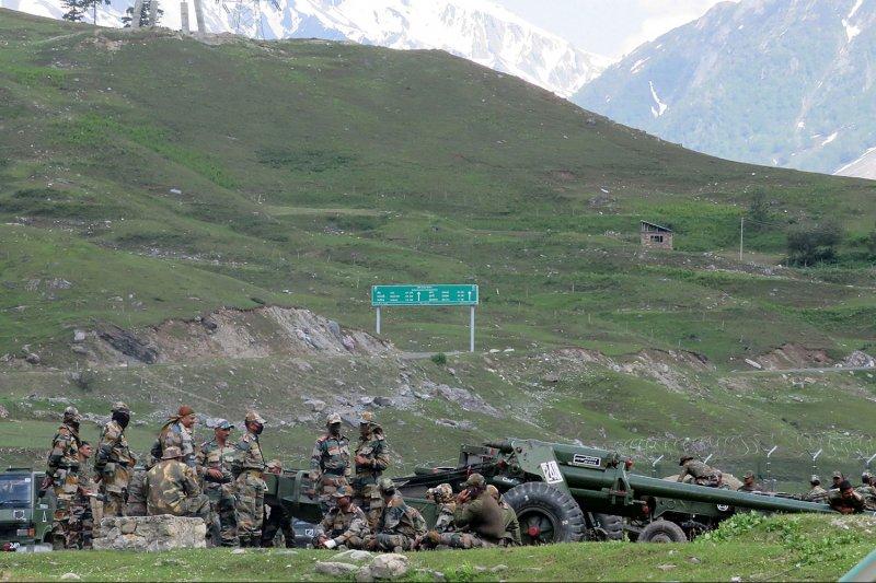 في خرق جديد.. القوات الهندية والصينية تبادلت النار مرتين