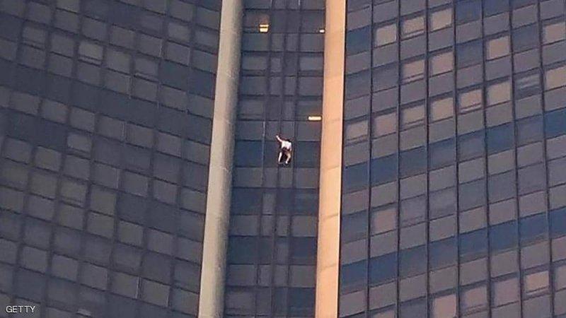 """بالفيديو: """"سبايدرمان"""" يتسلق ناطحة سحاب بدون معدات أمان"""