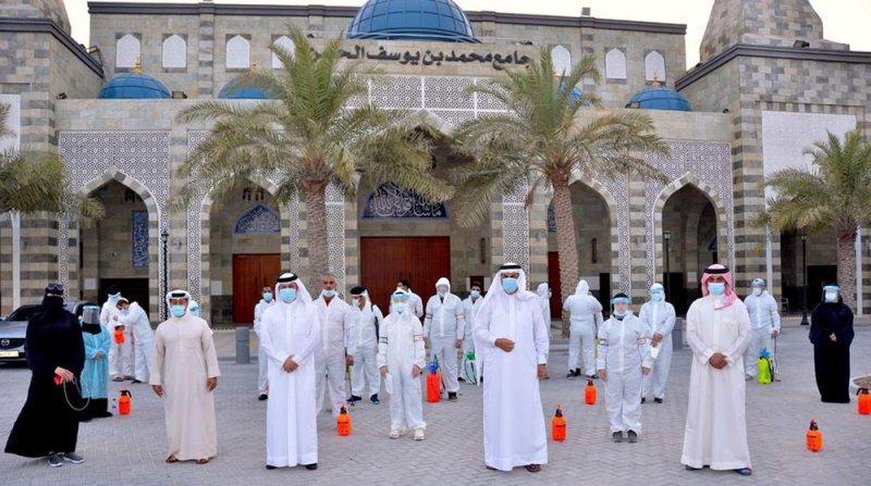 نائب محافظ محافظة المحرق يشارك في حملة تطهير بمنطقة البسيتين