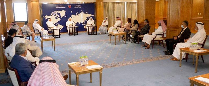 وزير الخارجية يجتمع مع عدد من كتاب الرأي في الصحافة المحلية