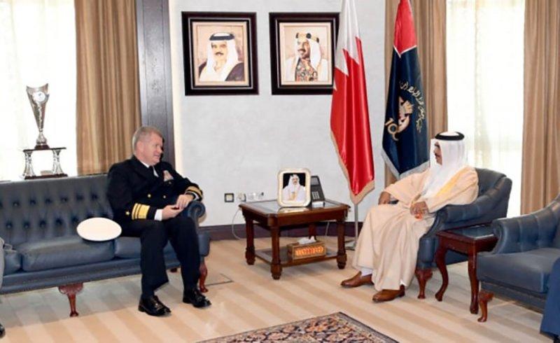 وزير الداخلية يستقبل قائد الأسطول الخامس الجديد ويشيد بالشراكة الاستراتيجية