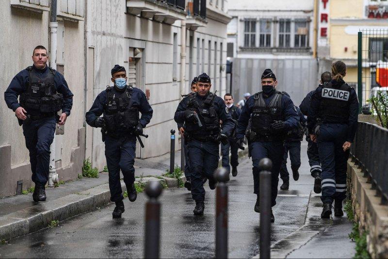 عملية طعن في باريس توقع 4 جرحى.. وتوقيف مشتبهين بهما