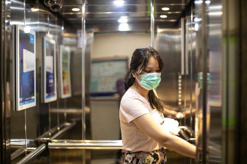 دراسة : كورونا تظلّ في المصعد نصف ساعة بعد خروج المصاب