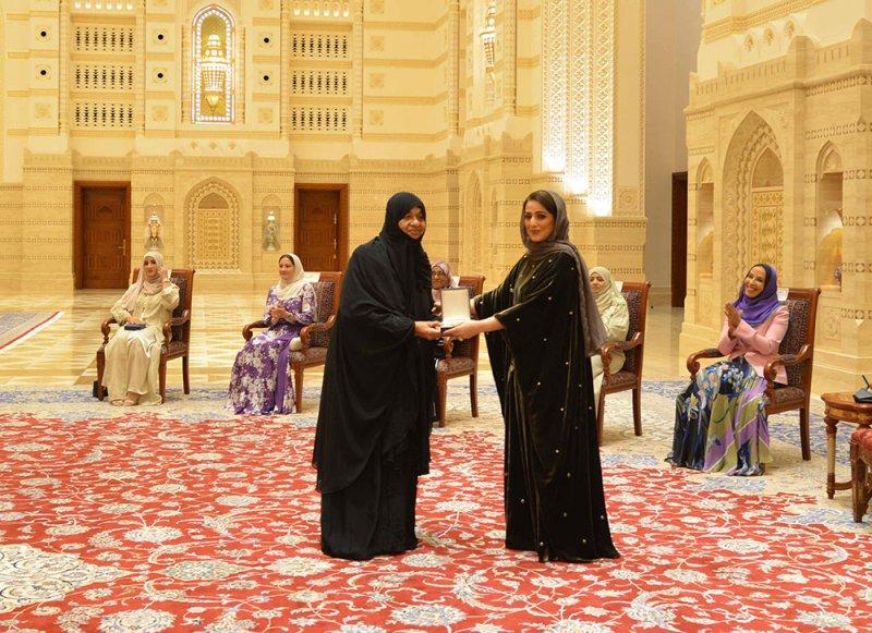 بالفيديو: شاهد أول ظهور لقرينة سلطان عُمان بمناسبة يوم المرأة العمانية