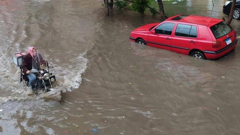 """الأمطار تضرب مصر بقسوة وتخلف قتلى.. """"ممنوع الخروج من المنزل"""""""