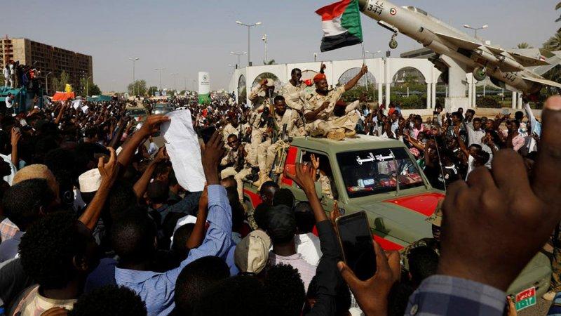 عامان وأهلهم ينتظرون.. السودان ينبش مقابر جماعية