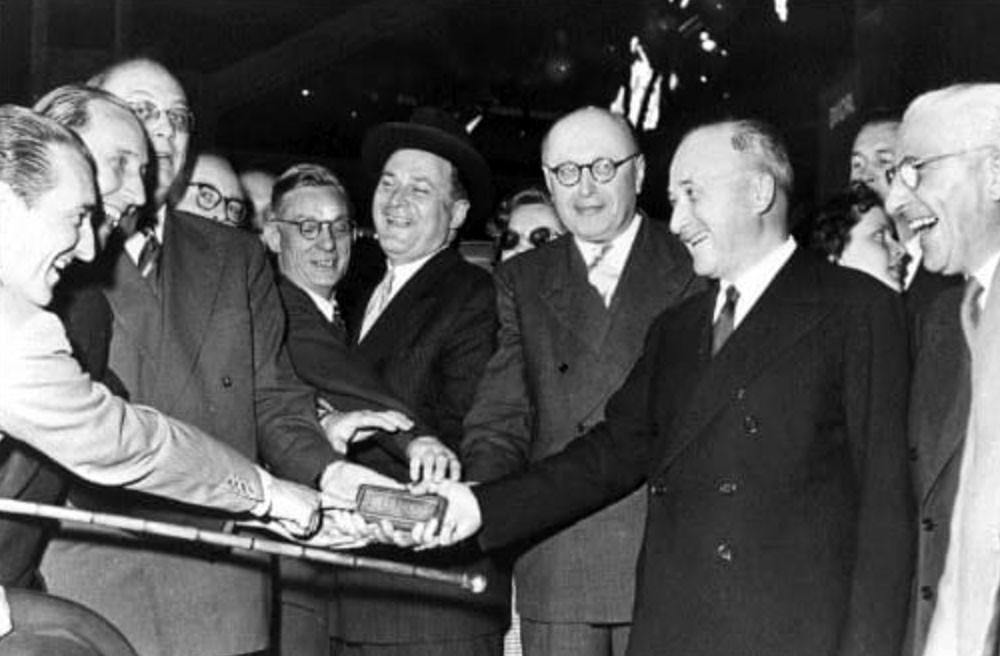 جان مونيه يتوسط قادة آخرون وفي يده أول سبيكة أوروبية من الفولاذ - معاهدة المجموعة الاوروبية للفحم والصلب ECSC 1951