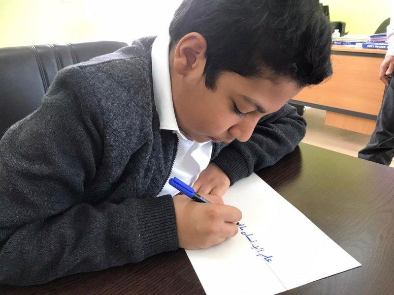 طالب ابتدائي يفوز بالمركز الأول خليجيًا في الخط العربي