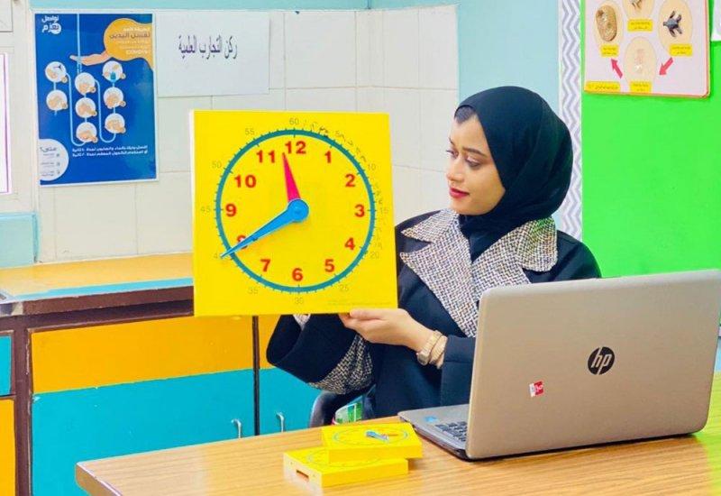 معلمة تطبق استراتيجيات تفاعلية معززة للتفكير الإبداعي وحل المشكلات