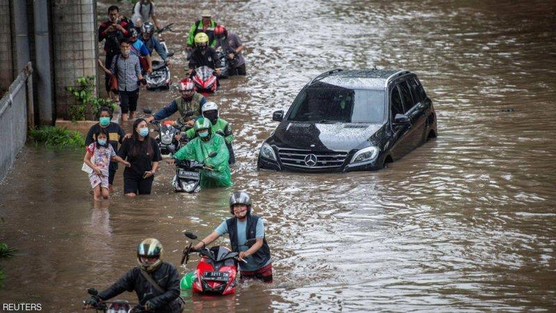 بالصور: فيضانات عارمة تجتاح العاصمة الإندونيسية
