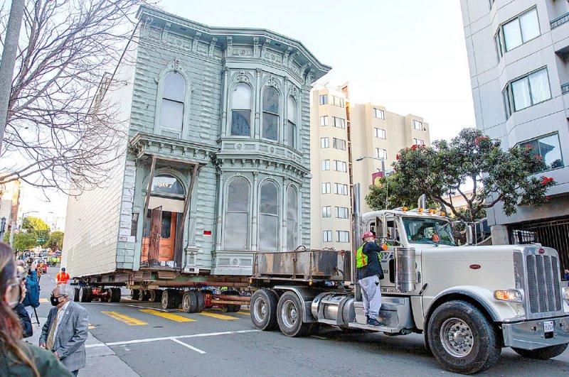 """نقل منزل """"فكتوري"""" من شارع لآخر بـ 400 ألف دولار"""