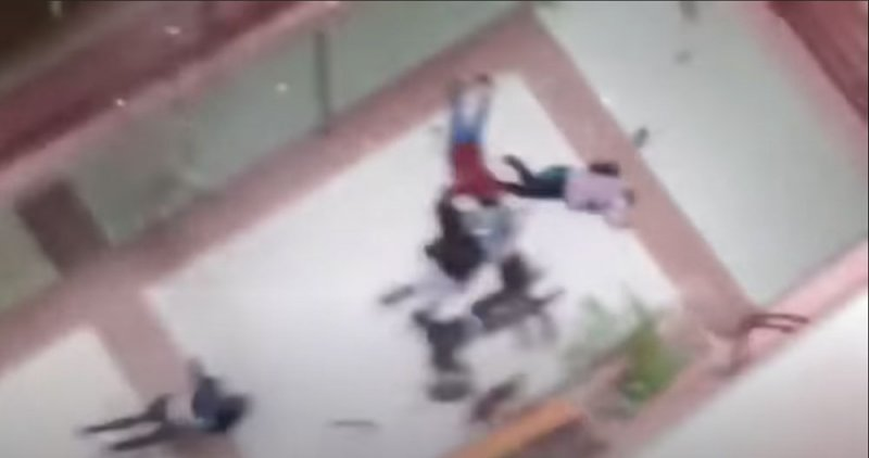 بالفيديو: انهيار دموي لطابق والطلاب يتساقطون واحدًا بعد آخر
