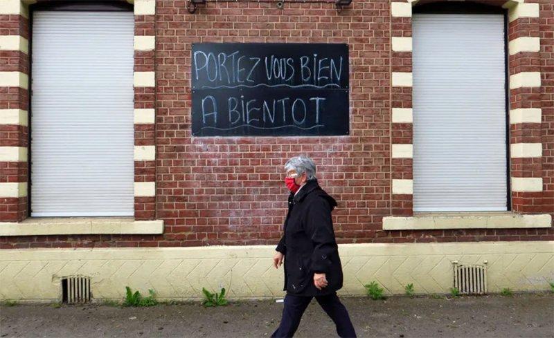 فرنسا توسع رقعة الإغلاق.. ولا مكان بالمستشفيات