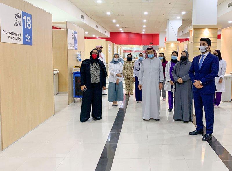بالصور رئيس المجلس الأعلى للصحة يدشن مركز التطعيم في مجمع سترة التجاري