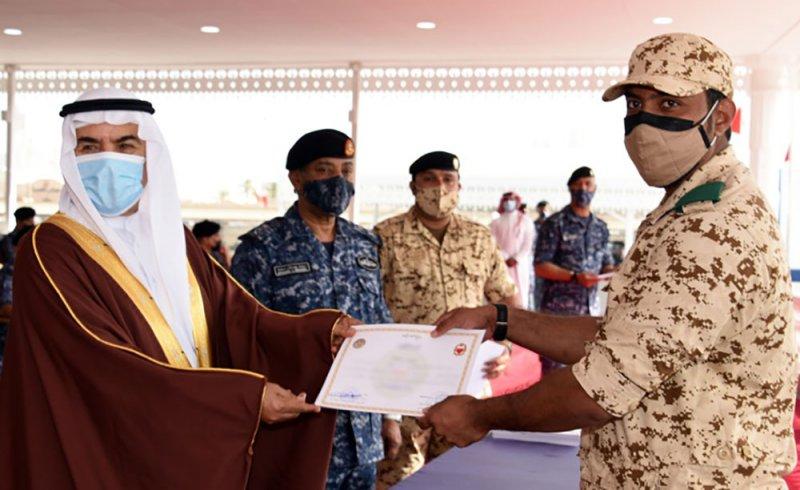 وزير شؤون الدفاع يشهد تخريج دورة المتطوعين الاولى بالقوة الاحتياطية بقوة دفاع البحرين