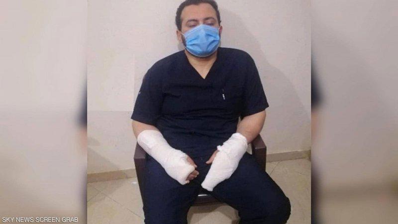 """طبيب """"مكسور اليدين"""" يحكي واقعة تتكرر بمستشفيات مصر"""