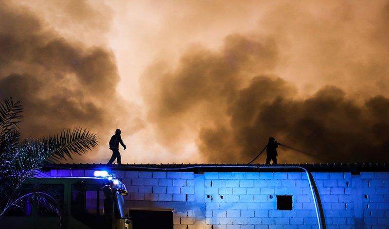 بالفيديو والصور: بتسع آليات واكثر من ثلاثين ضابط وفرد.. الدفاع المدني يخمد حريق داركليب