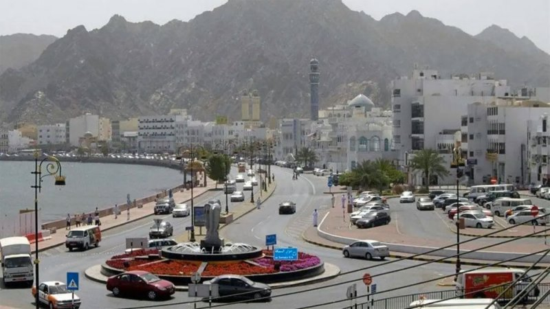 سلطنة عمان تشدد إجراءات كورونا وتحظر الأنشطة التجارية في عيد الفطر