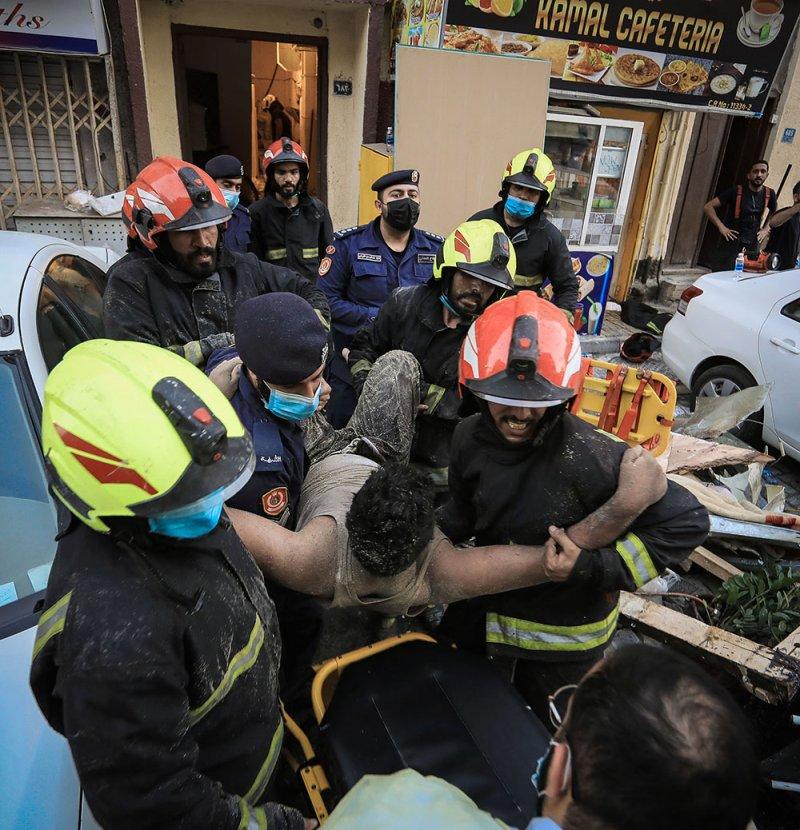 بالصور: الدفاع المدني ينقذ شخصاً محشوراً تحت الأنقاض في مبنى منهار بالمنامة
