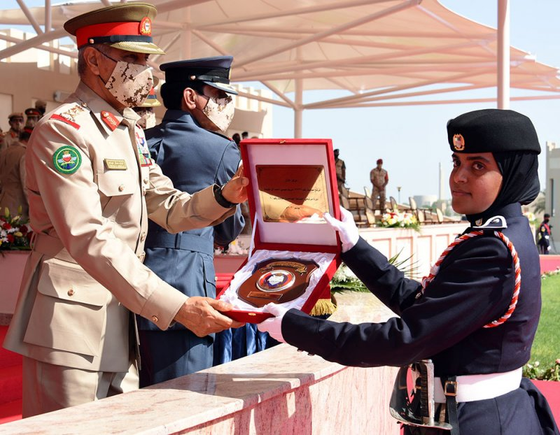 قوة دفاع البحرين تحتفل بتخريج دورة مرشحي الضباط الجامعيين الإناث رقم/2