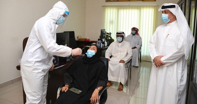 نائب محافظ المحرق يشهد عملية الفحوصات السريعة لفيروس كورونا للموظفين