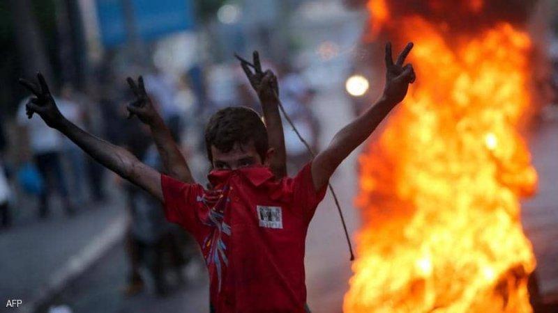لبنان.. محتجون يحاولون اقتحام البنك المركزي وسط تدهور الليرة