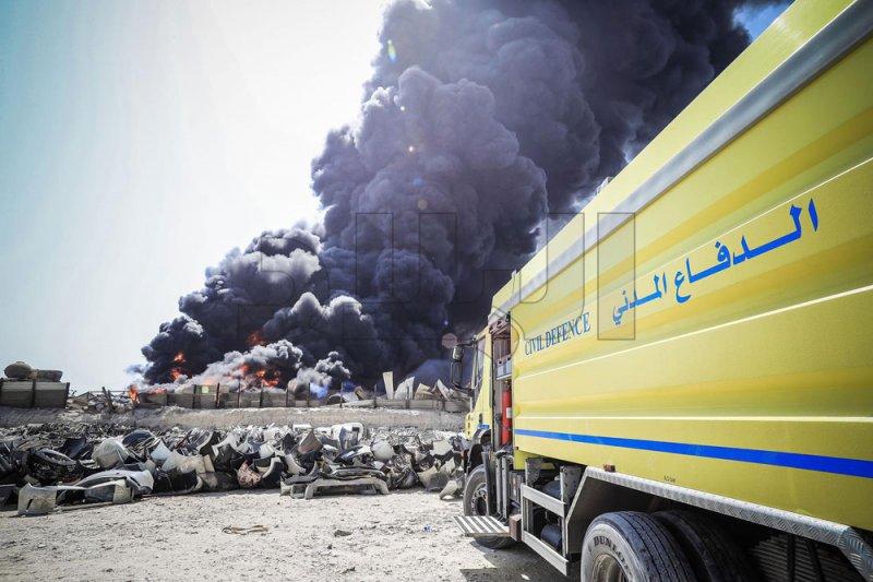 بالصور: حريق ضخم بمنطقة عسكر.. والدفاع المدني يباشر عمليات إخماده