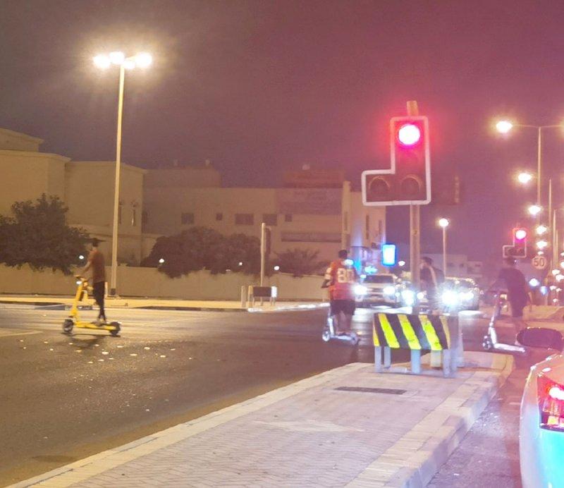 """بالصور: """"السكوتر"""" الكهربائي يغزو شوارع البحرين"""