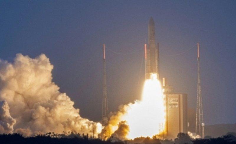 """صاروخ """"أريان 5"""" ينطلق إلى الفضاء حاملاً قمرين اصطناعيين"""