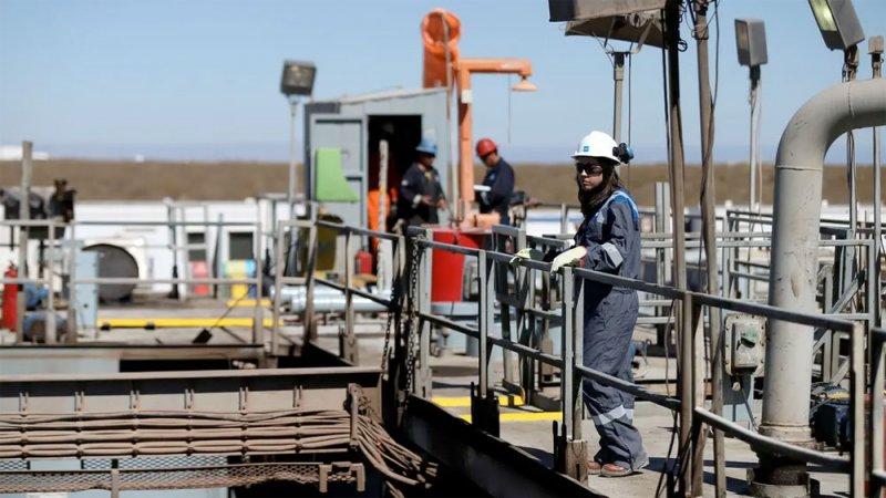 النفط يرتفع ويواصل مكاسبه للشهر الرابع وسط تنامي الطلب