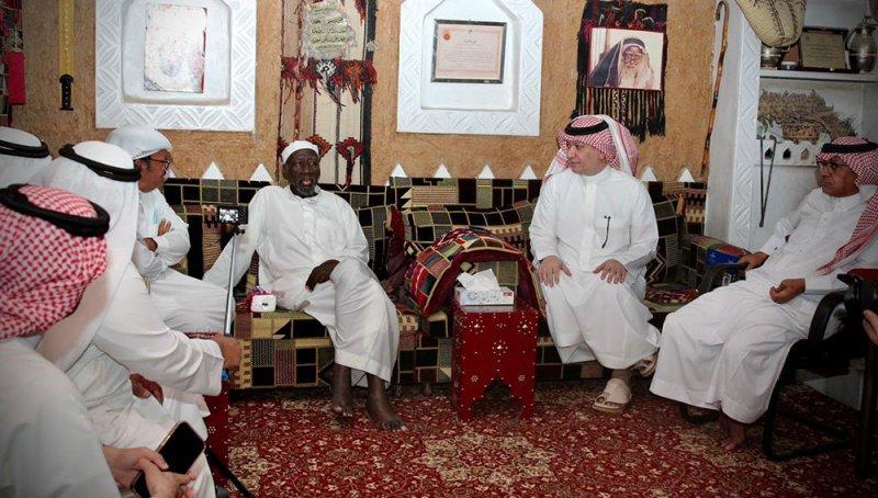 الفنانين السعوديين الأهلية تزور الممثل سعد خضر