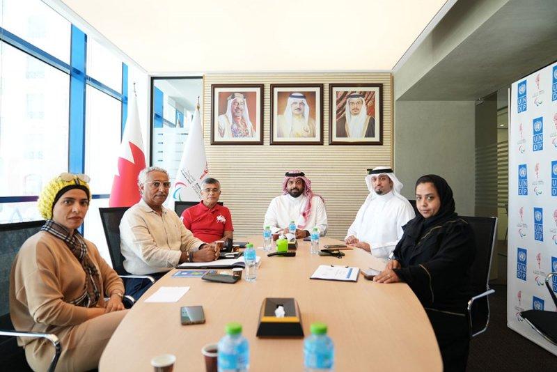 الأمين العام للجنة البارالمبية البحرينية يلتقي لجنة عدائي البحرين