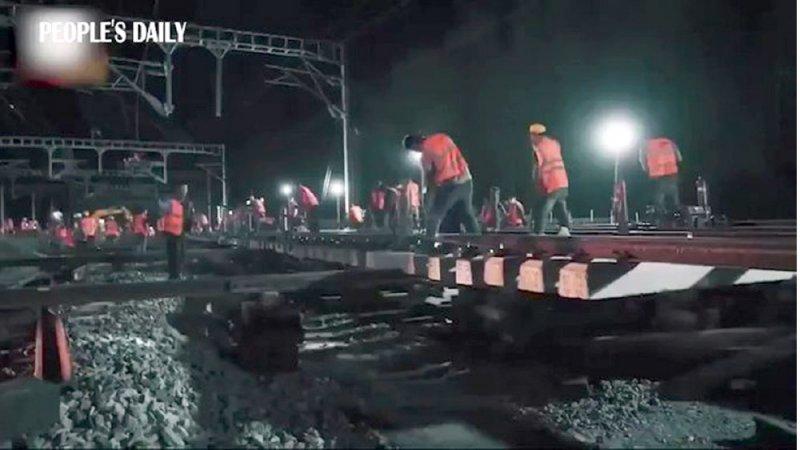 بـ 1000 عامل... إنشاء محطة قطارات في 6 ساعات