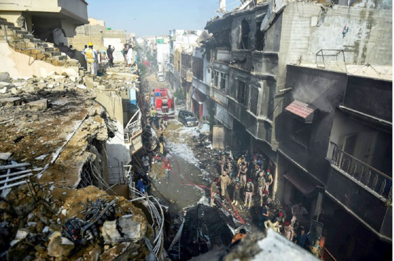 تحطم طائرة باكستانية فوق حي مكتظ بالسكان