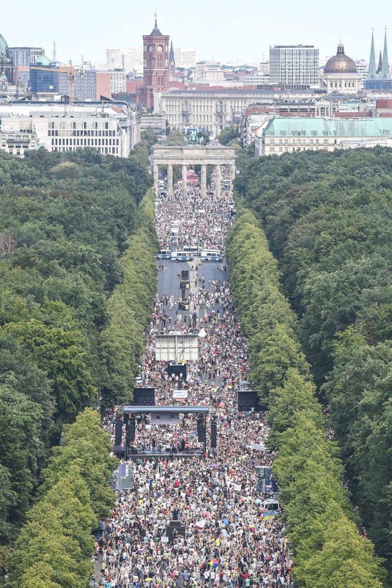 """الآلاف يتظاهرون ضد تدابير مكافحة """"كورونا"""" في برلين"""